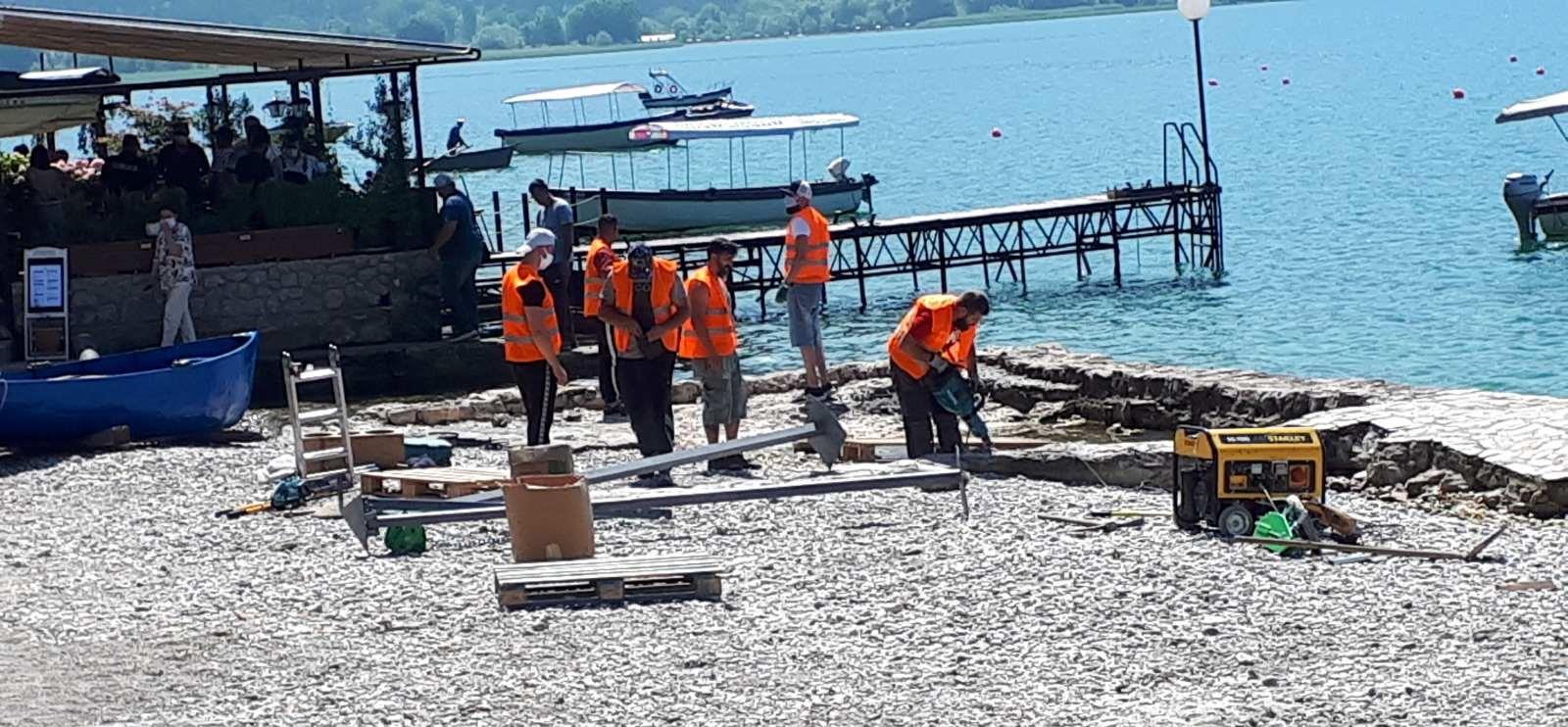 """Георгиески вели дека е повлечена """"црвена линија"""" – во исто време Уставен суд го запре уривањето на дивите плажи на Охридското крајбрежје"""